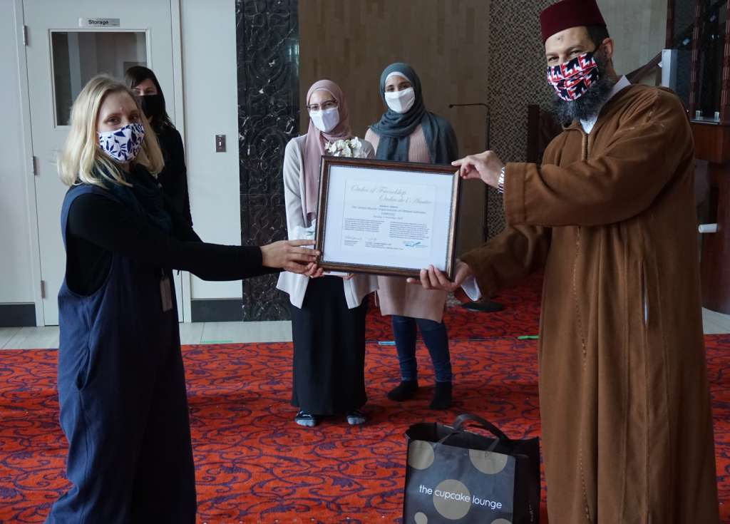 OPL staff presenting the award to Soumaya Marhnouj, Mariam Aly and the UMO-OG chair Jalil Marhnouj.